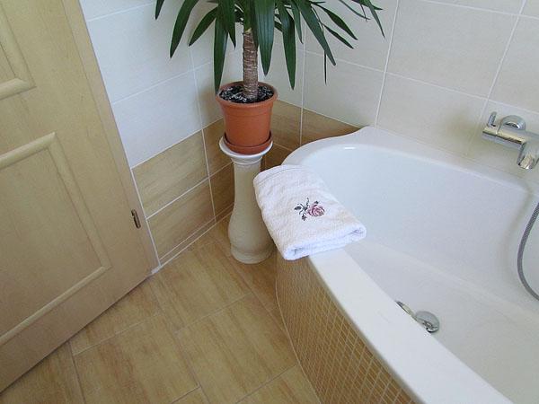 Fliesenlegearbeiten f r bad kamin wohnbereich treppen - Zweifarbige wandgestaltung ...