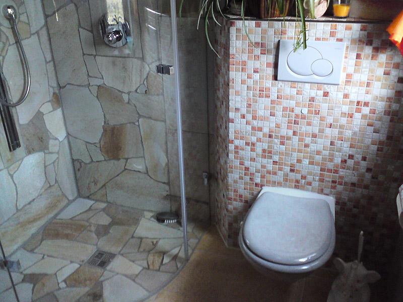 Ein Barrierefreier Duschbereich Aus Bruchrauem Quarzit An Der Wand Und Auf  Dem Boden.